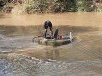 Mergulhadores e funcionários da Corsan trabalham para desobstruir ponto de captação