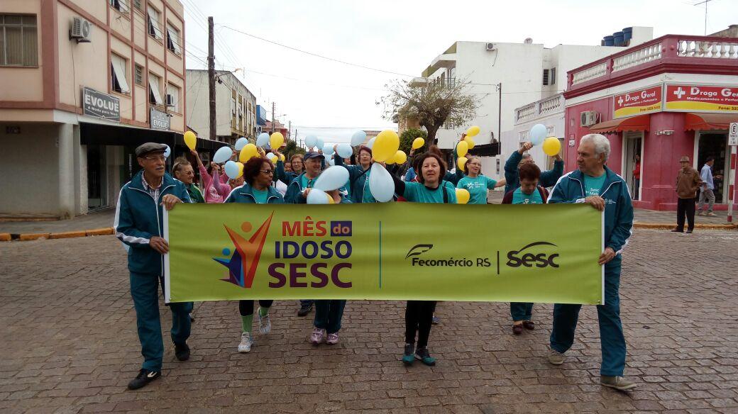 Mes Do Idoso Sesc Caminhada Maturidade Ativa Terceira Idade Com Participantes Centro