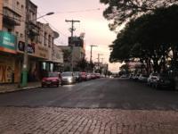 """Jovens deixam limpa a Praça das Mercês após """"mutirão"""""""