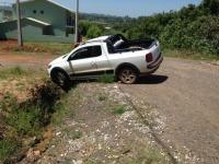 Ao fazer manobra, condutor cai em bueiro no bairro Izolanda