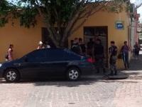 Polícia faz revista em carro no centro de Formigueiro