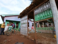 Moradores constroem casa com garrafas pet em bairro de São Sepé