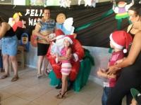 Crianças recebem presentes do Papai Noel no Bairro Pontes