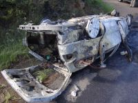 Carro pega fogo após capotar na BR 153, em Caçapava do Sul