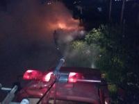 Bombeiros controlam incêndio embaixo de linha de transmissão, no Bairro Santos