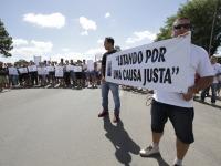 Amigos e familiares de caminhoneiro bloqueiam BR-392 em ato pela paz