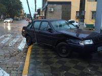 Condutora bate o carro duas vezes em menos de 100 metros no centro de São Sepé