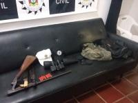 Polícia encontra arma e munições que seriam de suspeitos de praticarem assaltos