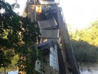 Ponte sobre o Rio Jaguari desaba com veículos em cima