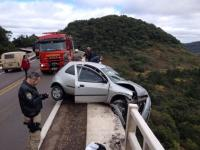 "Carro fica pendurado na ponte do viaduto conhecido como ""Garganta do Diabo"""