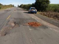 Polícia Rodoviária Federal utiliza terra para tapar buracos na BR-290
