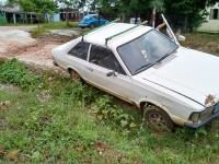 Carro cai em valeta após motorista tentar desviar de buraco no bairro Lôndero