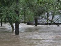 FOTOS: enchente alaga área de acampamentos no clube Caça e Pesca