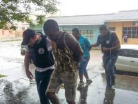 Polícia age, faz prisões e recolhe drogas e dinheiro