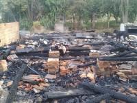 Mãe e filho que tiveram casa destruída por incêndio em Formigueiro precisam de ajuda
