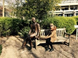 Em Cambridge/UK com a estátua do Charles Darwin