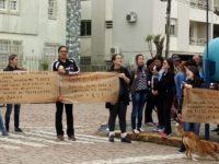 """Com gritos de """"fora Sartori"""" professores fazem protesto no Centro de São Sepé"""