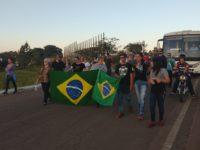 Sepeenses caminham pela BR-392 durante protesto