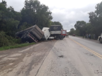 Acidente envolve dois caminhões bitrem na BR-392