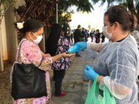 População recebe máscaras e álcool gel em filas dos bancos em São Sepé