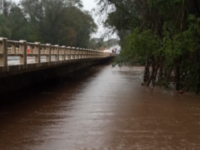 Ponte na BR-290 tem trânsito bloqueado após volume de chuva